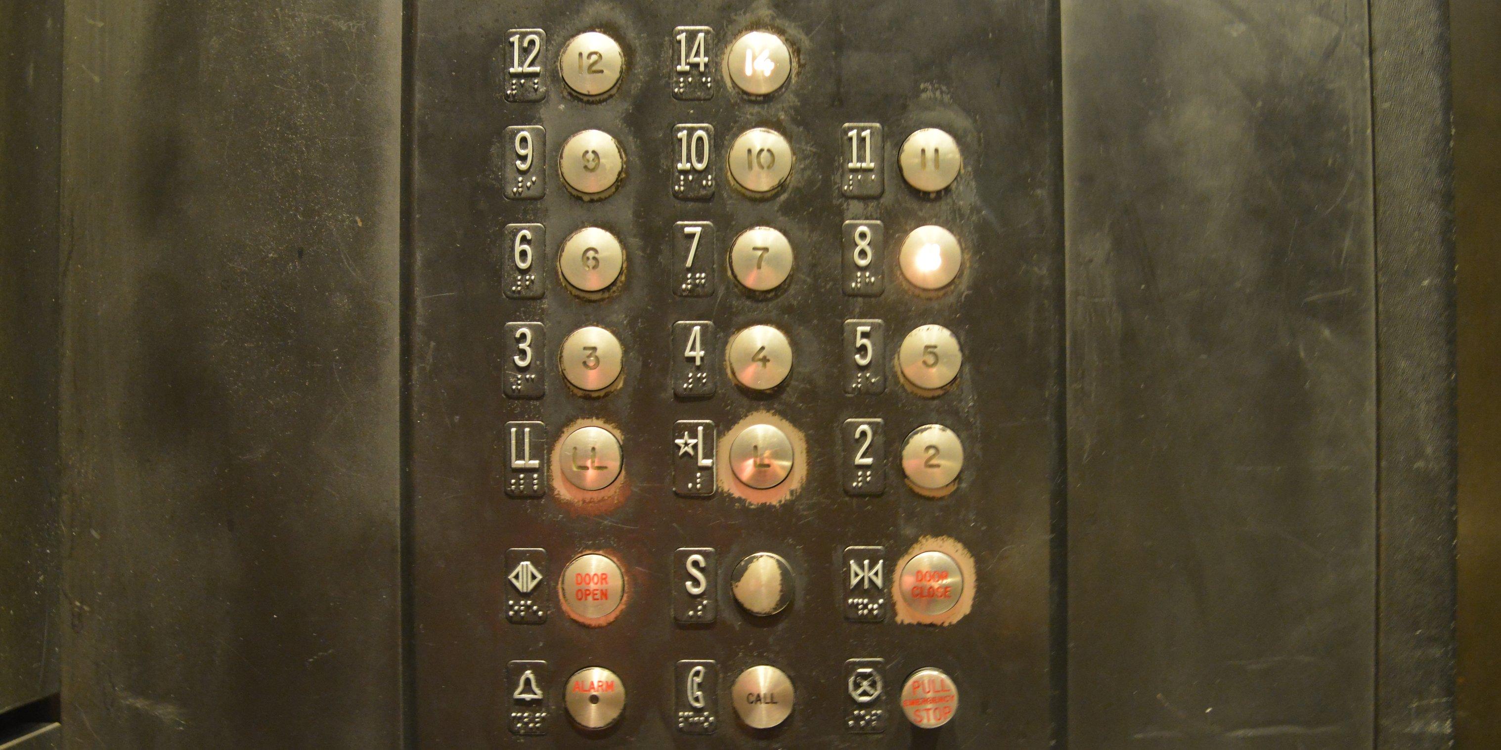 In Amerika hebben veel gebouwen geen 13de verdieping. hier een hotel in New York. (Foto: Jozef Van Giel)