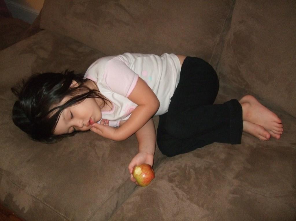 Is dit meisje in slaap gevallen door het eten van een appel? (foto door Sam Pullara)