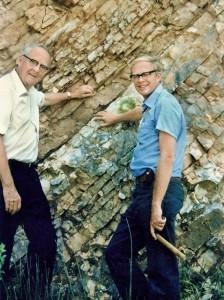 Op een kalkstenen rots in de buurt van Gubbio, Italië, onderzoeken natuurkundige Luis Alvarez en zijn zoon geoloog Walter, de kleilaag die hun theorie 'The Great Dying' deed ontstaan. Verrassend hoge concentraties van iridium in de klei in Gubbio en vele andere locaties geven aan dat de massa-extinctie het gevolg was van een botsing tussen Aarde en een enorme buitenaards object. Foto door Berkeley Lab (CC BY-NC-ND 2.0)