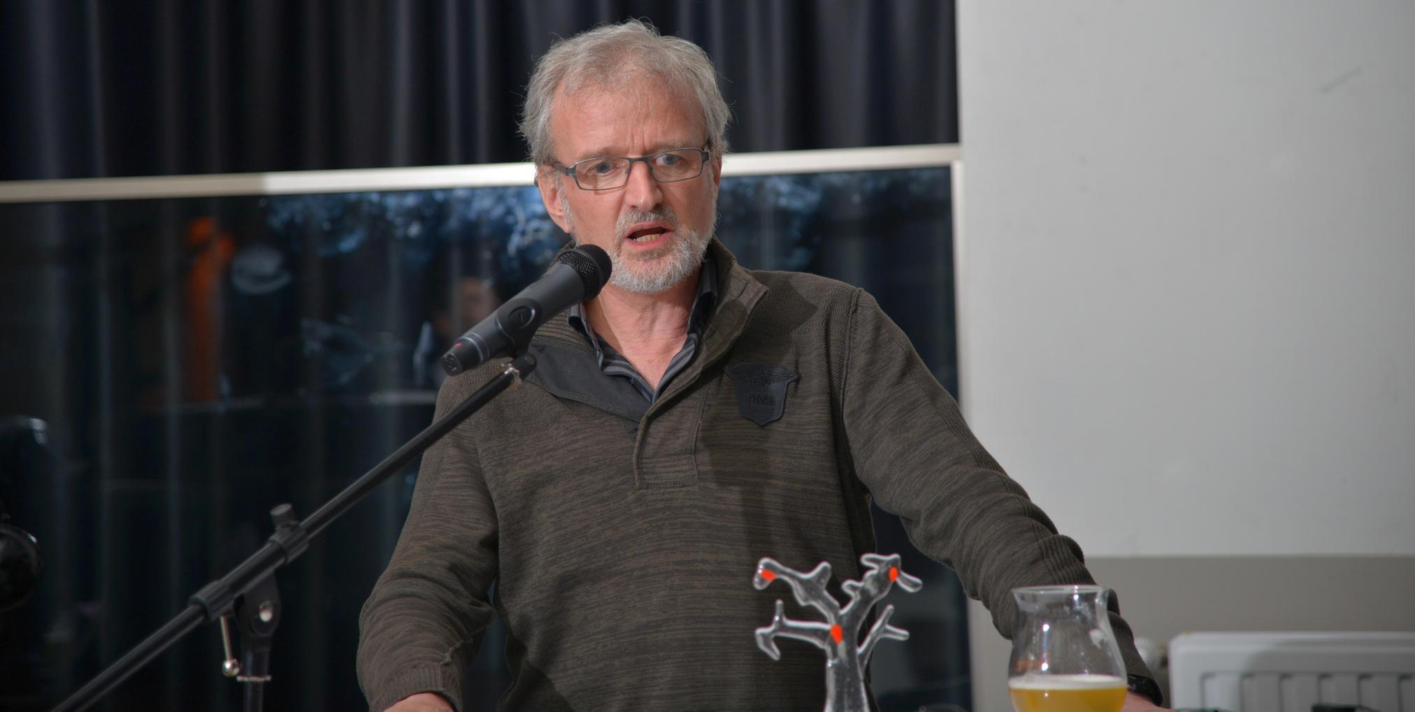 Paul De Belder stelt de laureaat voor.