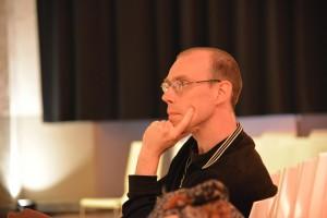 Stijn Bruers luistert naar de lezing van Johan Braeckman