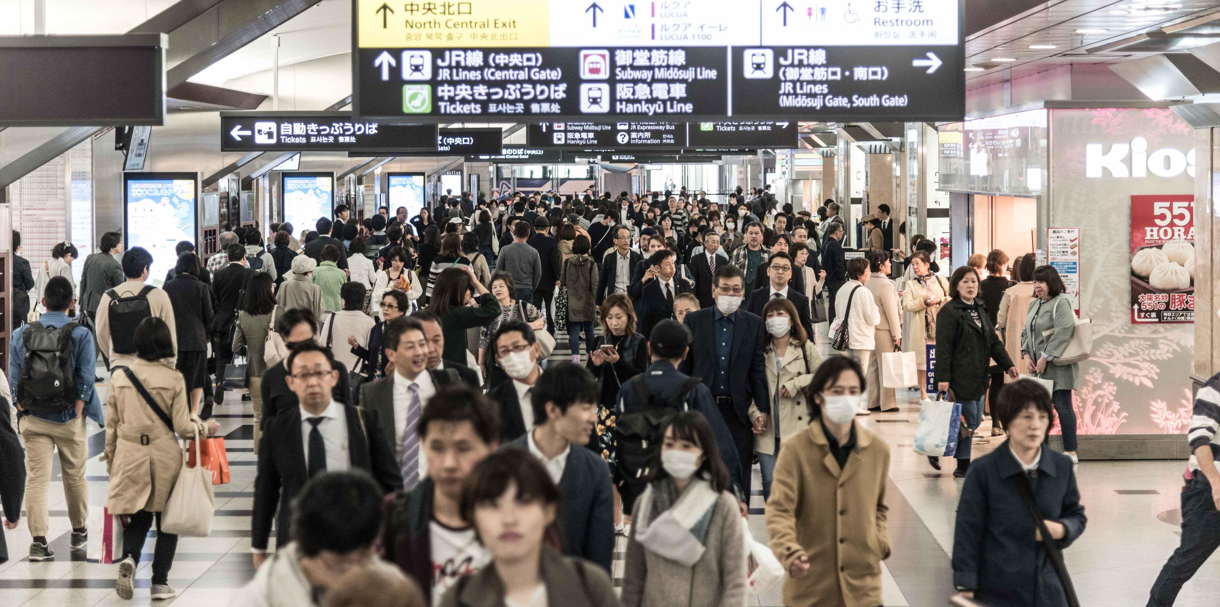 Mensen gaan 's avonds naar huis in het Metrostation van Osaka Japan. (Foto: Jozef Van Giel)