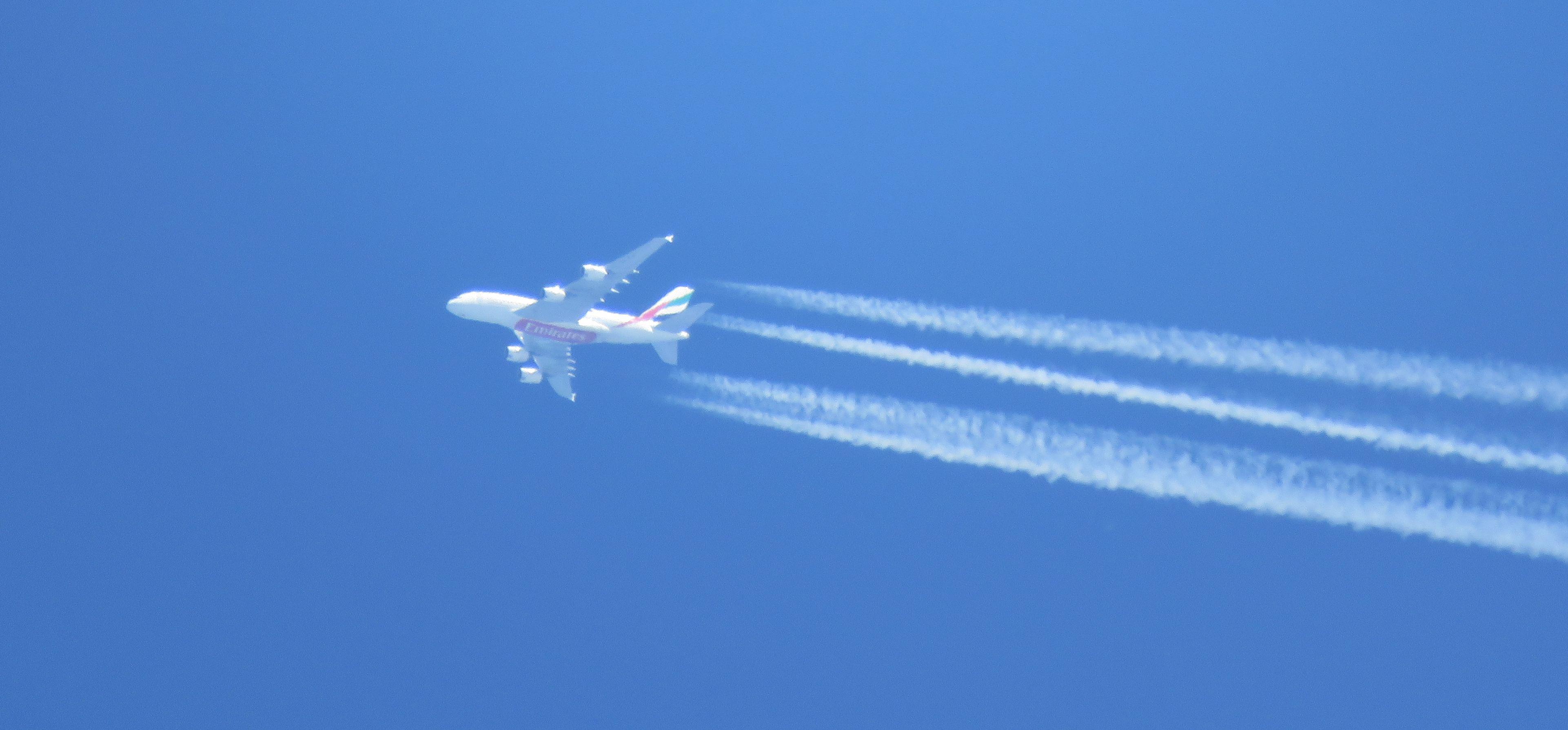 Vliegtuig van Emirates boven Belgie tFoto: Jozef Van Giel