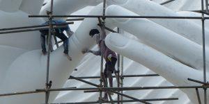 Arbeiders herstellen een Budhabeeld in Sri Lanka. Hoe gemotiveerd zijn ze om in die onveilige situatie te werken? (Foto: Jozef Van Giel)