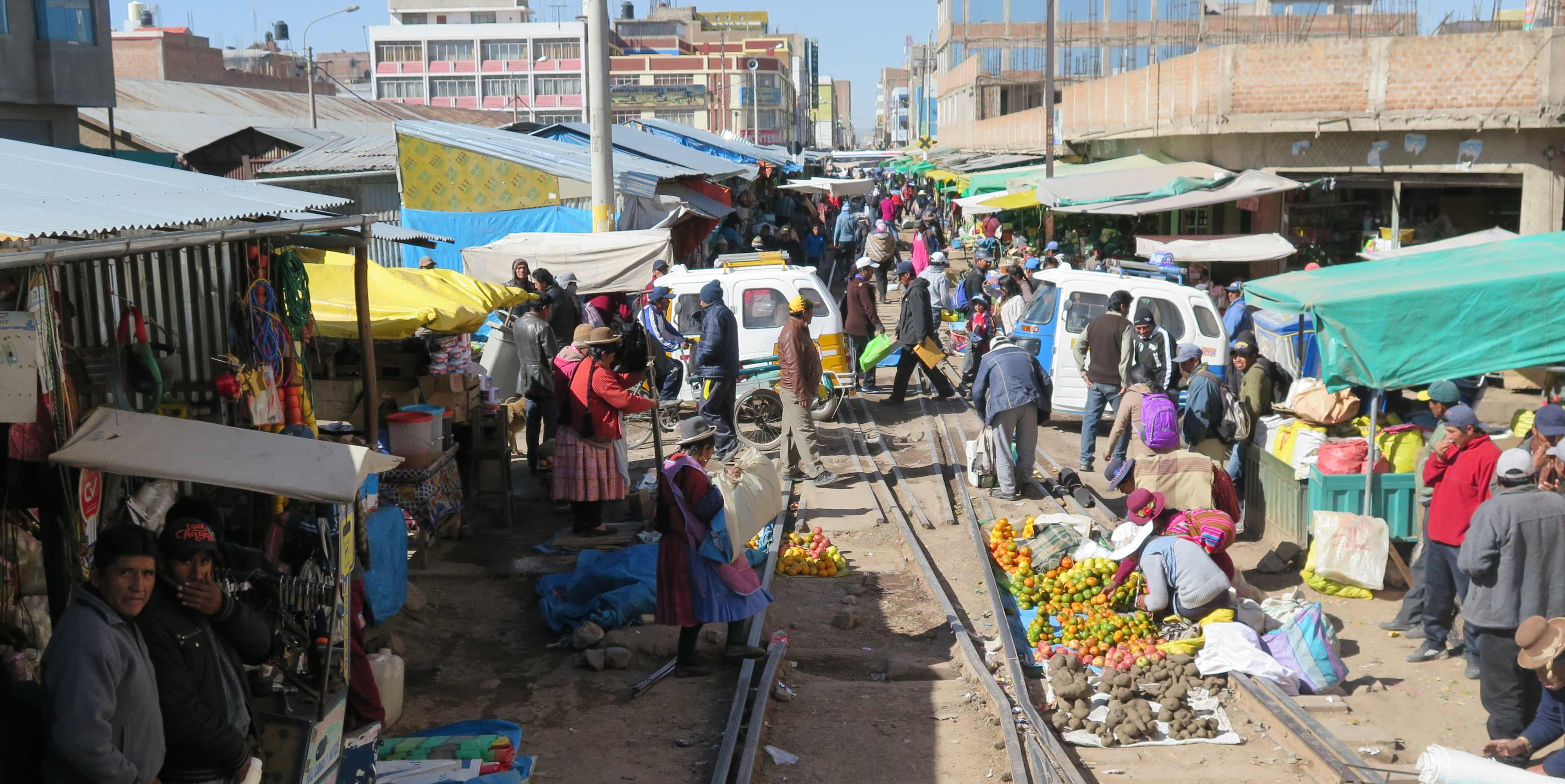 Markt op de treinsporen in Peru gemaakt vanuit de trein tussen Puno en Cusco (Foto: Jozef Van Giel)