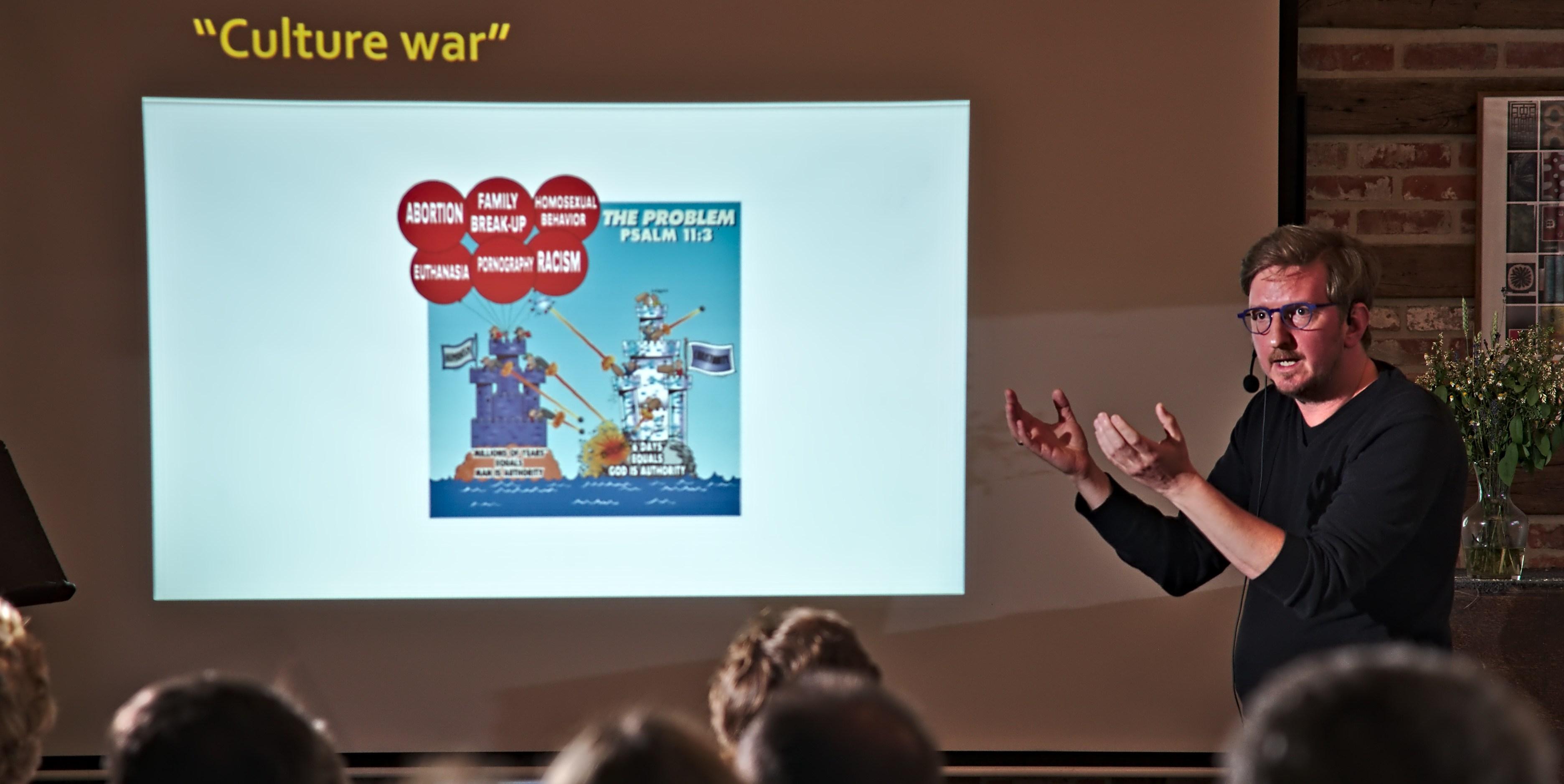 """Stefaan Blancke presenteert het boek """"De Schepping Na Darwin"""" (Foto: Jozef Van Giel)"""