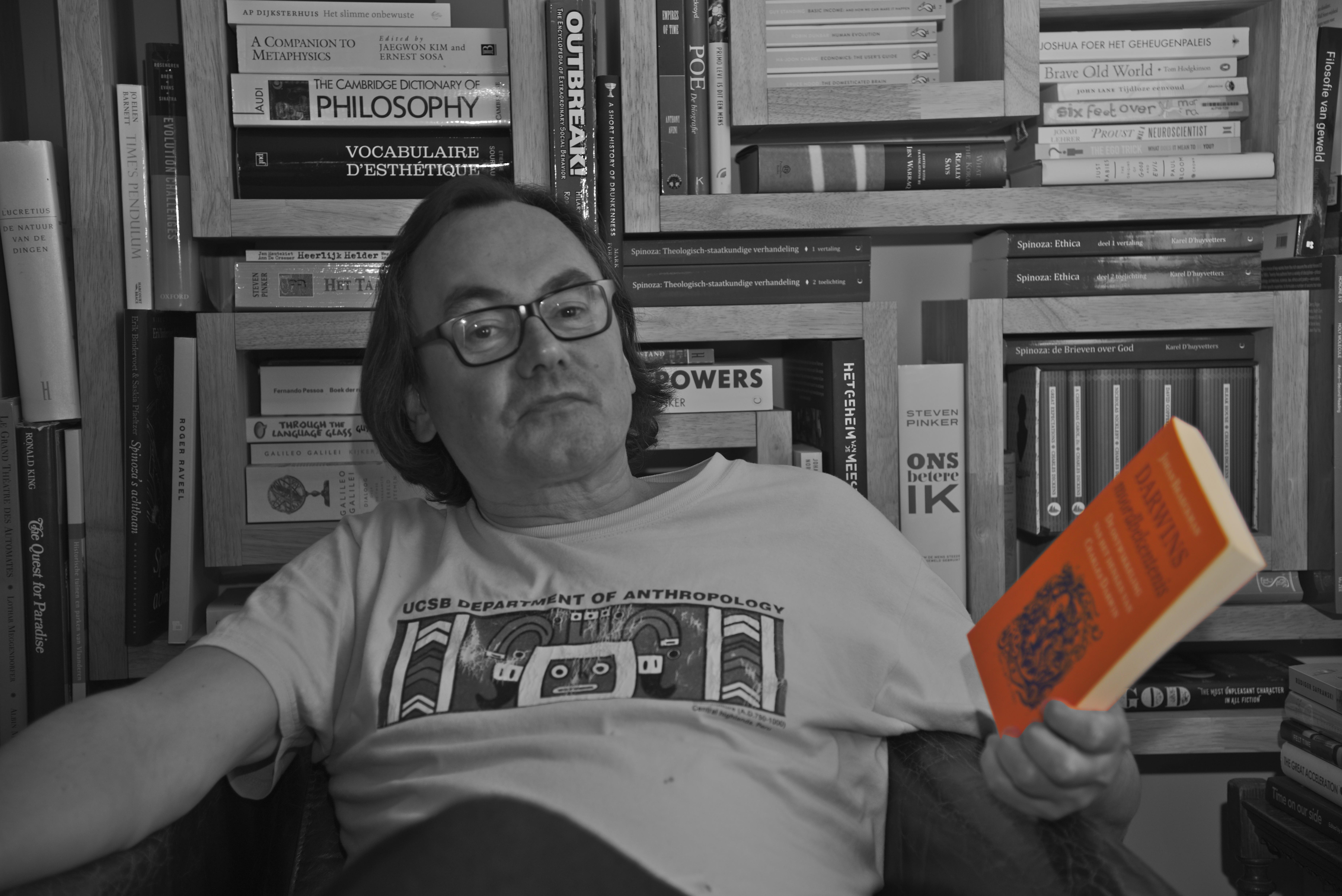 """Johan Braeckman bij zijn boek """"Darwins Moordbekentenis"""" (foto: Jozef Van Giel)"""