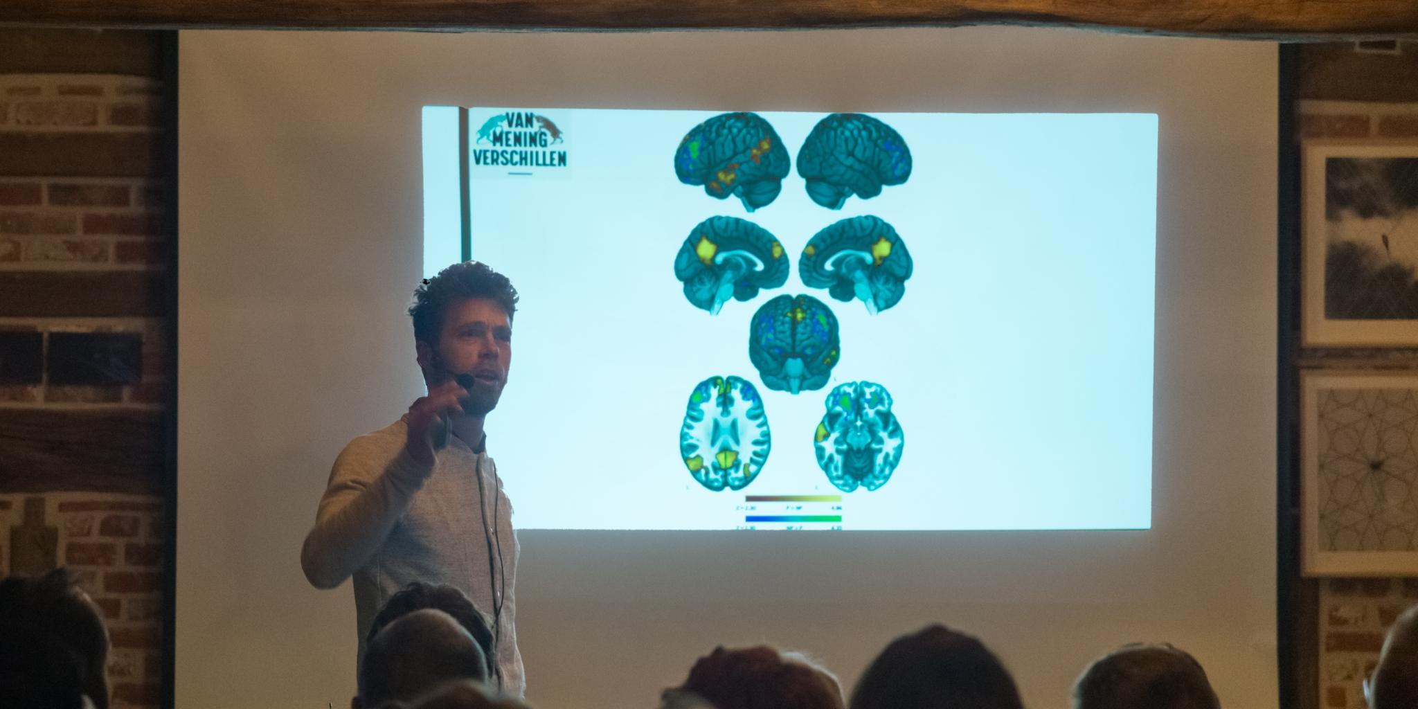 """Ruben Mersch presenteert zijn boek """"Van mening verschillen""""(foto: Jozef Van Giel)"""