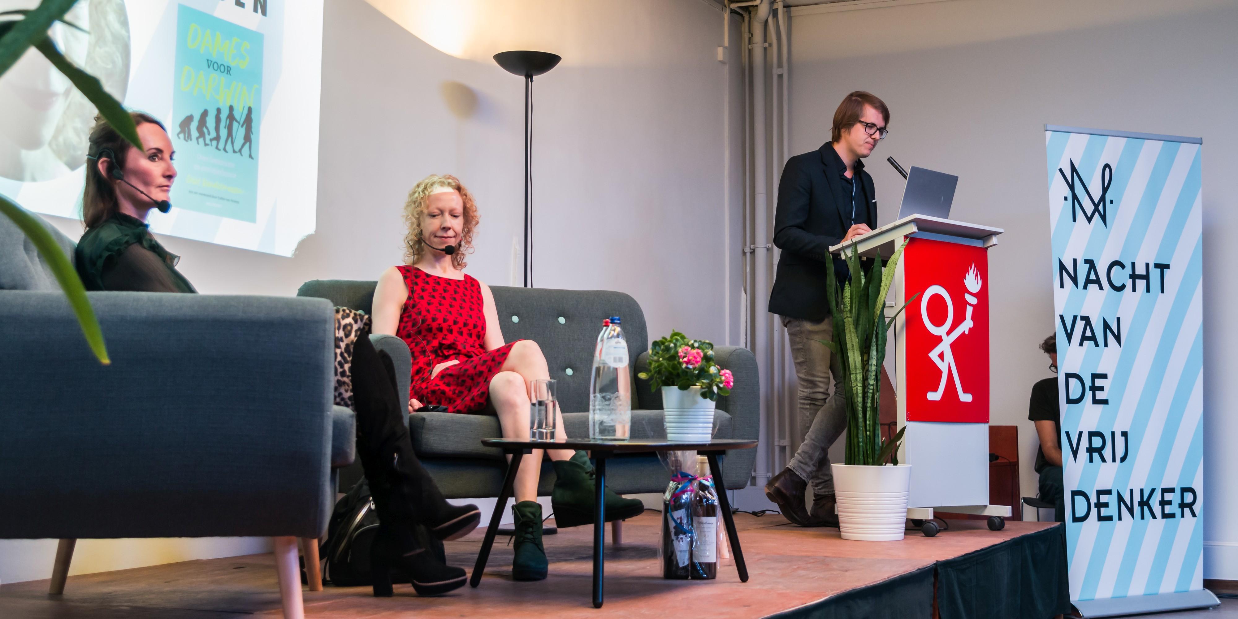 Maarten Boudry leidt het boek Dames voor Darwin van Griet Vandermassen in in Het Geuzenhuis in Gent
