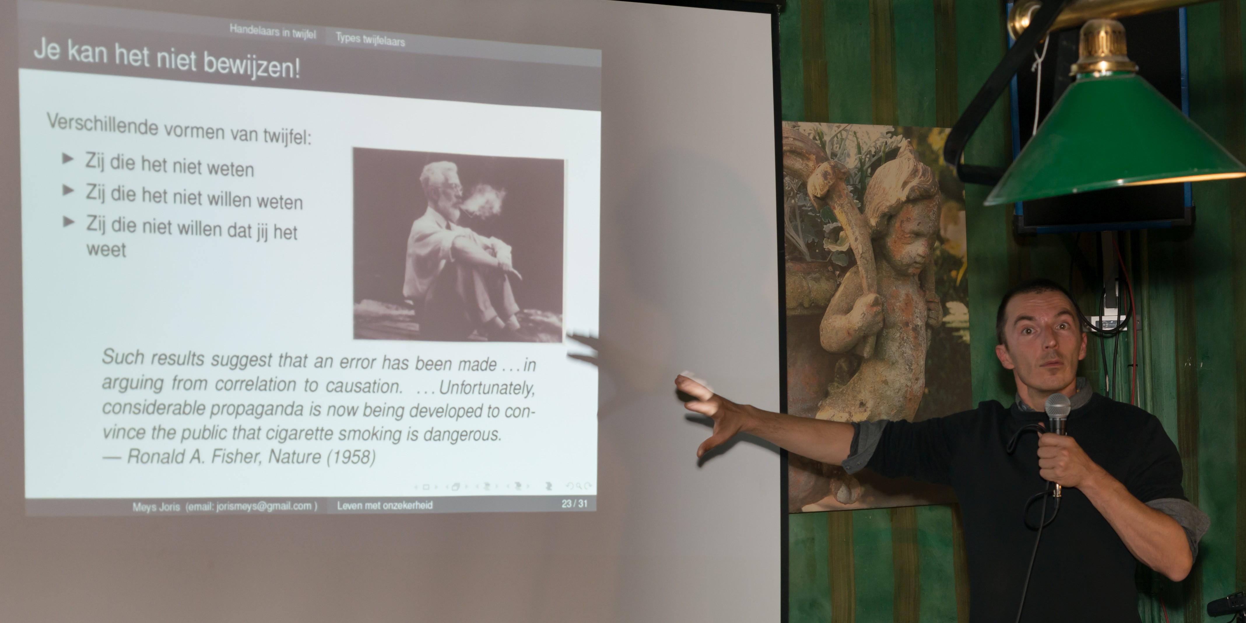 Joris Meys toont statisticus Ronald Fischer (Foto: Jozef Van Giel)