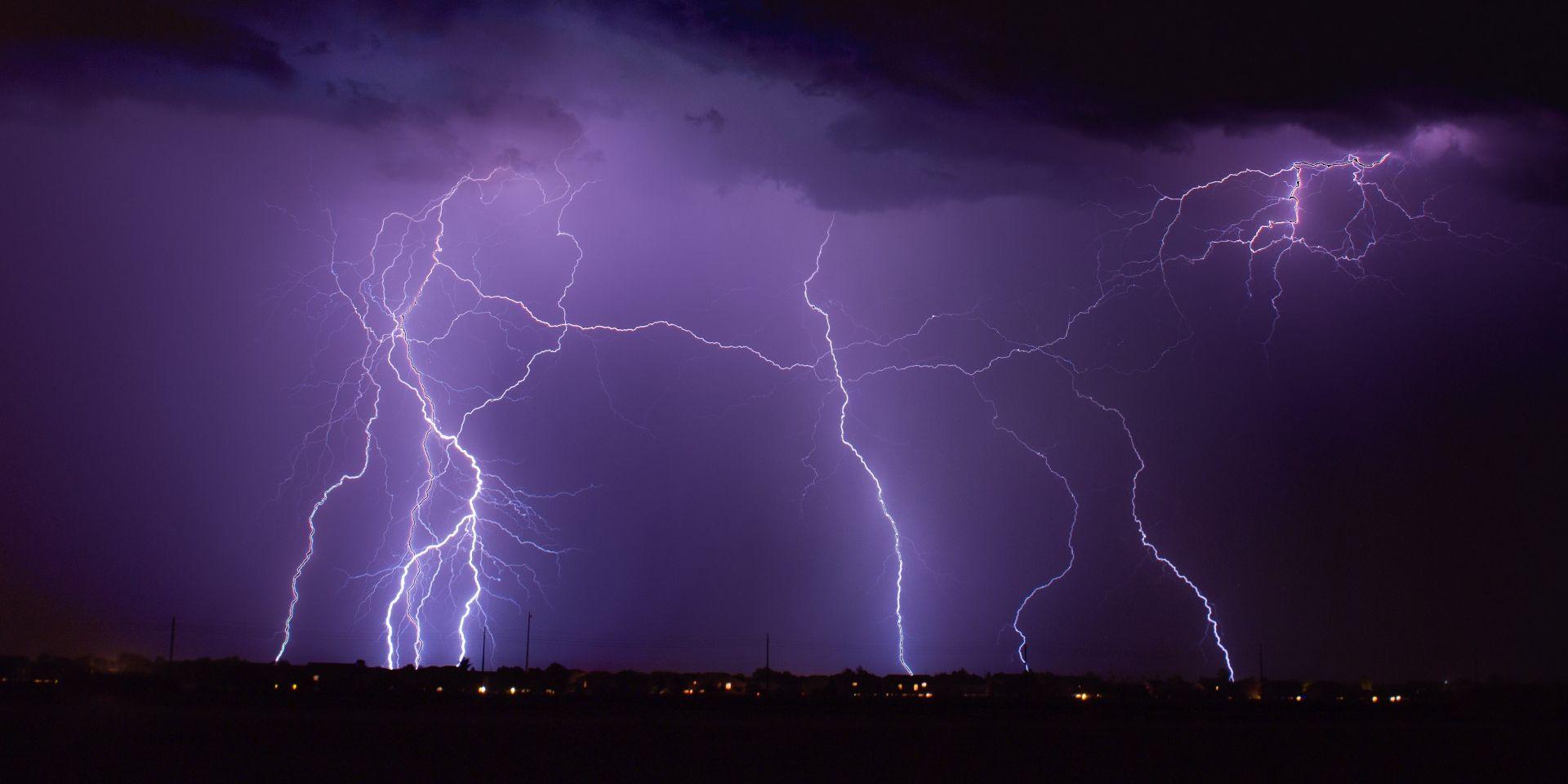 Bliksem is een voorbeeld van statische elektriciteit die vrij komt door ionisatie van de lucht.